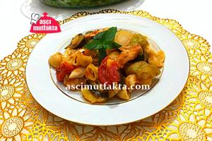Aşçı Mutfakta Fırında Mantı Makarnalı Tavuk Yemeği